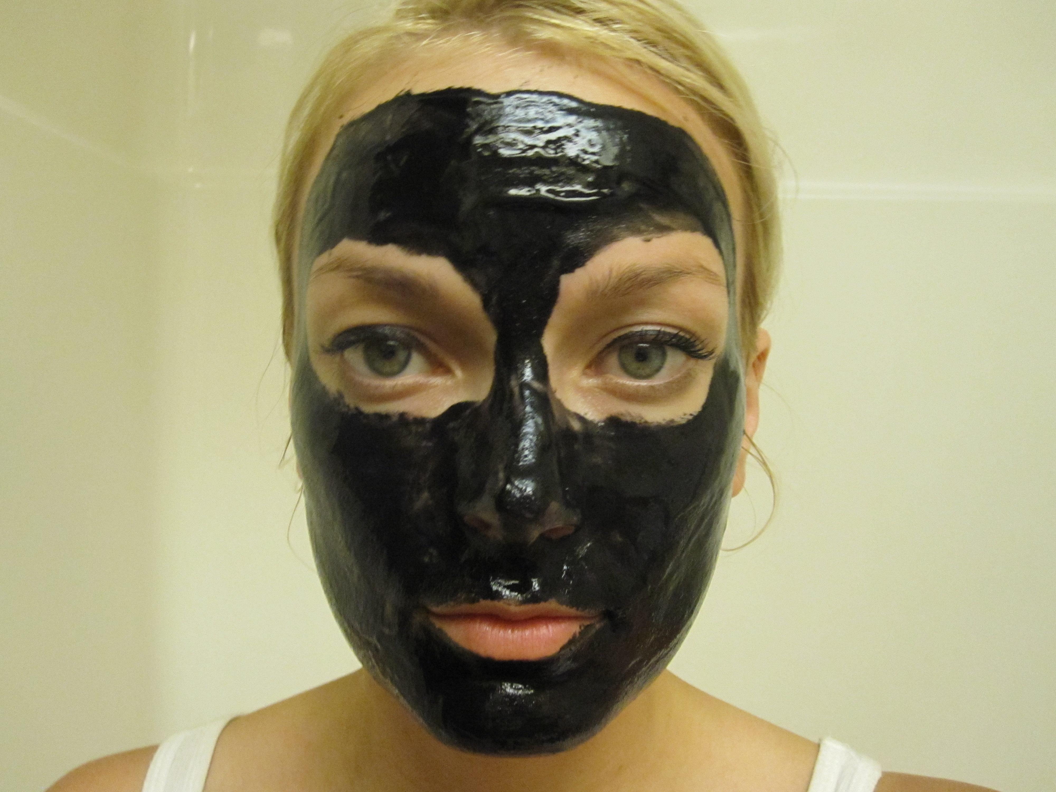 Le masque pour la personne nettoyant avene