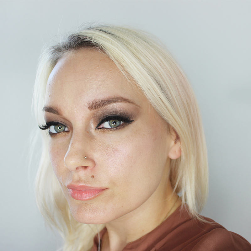 Here is a smoldering brown eye makeup look for fall with a sep by step tutorial by beauty and lifestyle blogger, Kendra Stanton.