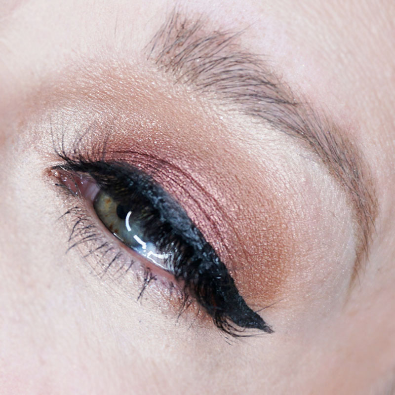 Holiday Rose Gold eye makeup look for your day or night events. Here is an easy step-by-step tutorial by beauty and lifestyle blogger, Kendra Stanton.